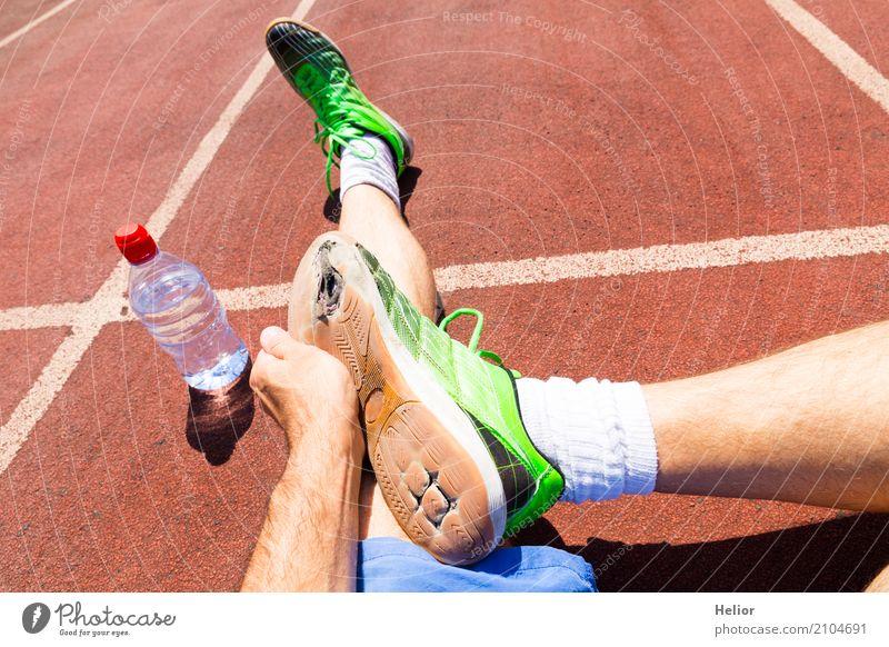 Sportler mit kaputten grünen Rennschuhen Mensch Mann blau weiß Hand schwarz Erwachsene Beine Fuß braun maskulin sitzen Fitness sportlich