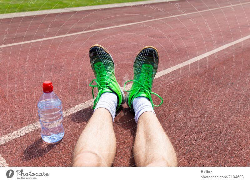 Sportler mit grünen Rennschuhen und Wasserflasche Mensch Mann weiß Erholung schwarz Erwachsene Beine Fuß braun maskulin Zufriedenheit sitzen Fitness Kunststoff