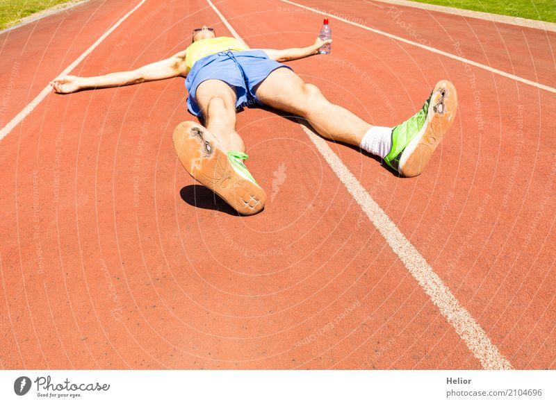Jogger mit kaputten grünen Rennschuhen Sport Sportler Joggen Rennbahn Mensch maskulin Mann Erwachsene Körper 1 30-45 Jahre Shorts Tanktop Turnschuh Erholung