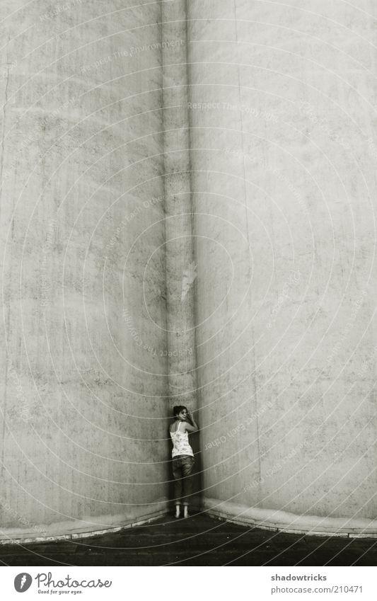 Amie Mensch Jugendliche Einsamkeit Erwachsene Wand Gefühle Stimmung Angst Fassade Beton ästhetisch 18-30 Jahre Junge Frau Fabrik Schmerz verstecken