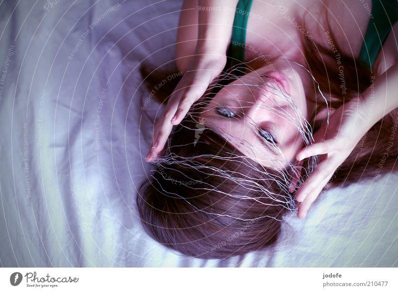 Schutzschild Mensch feminin Junge Frau Jugendliche Erwachsene Gesicht 1 18-30 Jahre hören liegen träumen außergewöhnlich frisch schön silber Freude