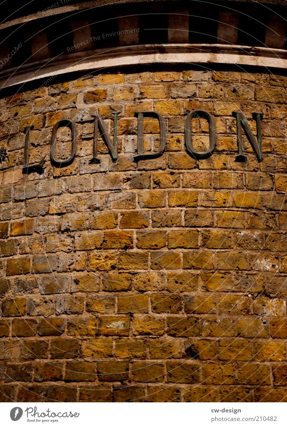 DAS IST NICHT LONDON alt Stadt Haus Wand Architektur Mauer Stein Gebäude Fassade Schriftzeichen Europa Buchstaben Hinweisschild Bauwerk London