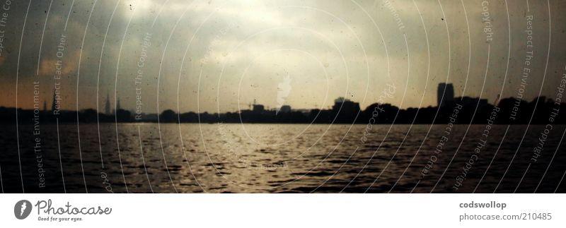 alsterwater Landschaft Wasser Himmel Horizont See Skyline ästhetisch Idylle Ferne Hamburg Alster Alsterufer Farbfoto Gedeckte Farben Dämmerung Kontrast