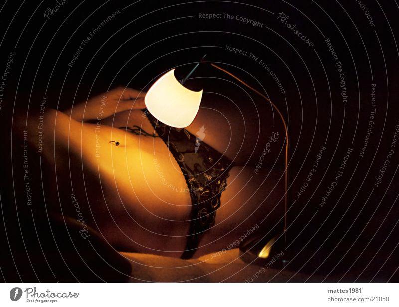 Die neugierige Lampe feminin Licht Unterwäsche Neugier erleuchten ruhig Weizen Bier Frankreich Nacht schlafen Frau die neugierige lampe licht im dunkel sie