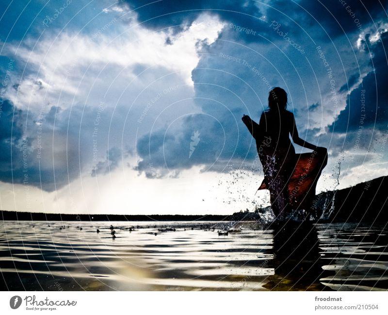 schattenseite Frau Mensch Natur Jugendliche Wasser Sommer Wolken dunkel feminin träumen See Landschaft Küste Erwachsene Umwelt Wassertropfen