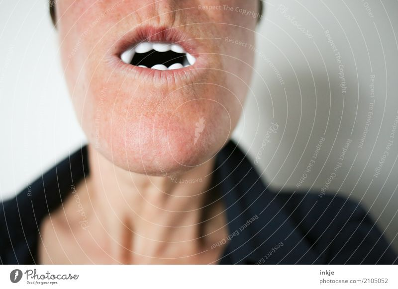 Nahaufnahme eines weiblichen Munds mit Vampirzähnen II Mensch weiß Freude Freizeit & Hobby Zähne Kunststoff Karneval falsch Halloween beißen