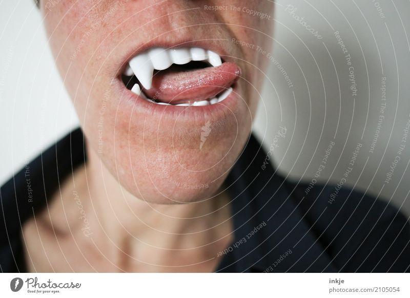 Nahaufnahme eines weiblichen Munds mit Vampirzähnen und Zunge Mensch genießen bedrohlich Zähne Karneval gruselig falsch Durst Halloween Begierde