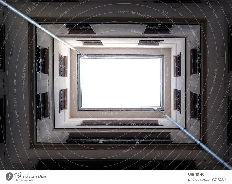 Budapest von unten nach oben. Haus Fassade Himmel Hauptstadt Menschenleer Gebäude Architektur Mauer Wand Innenhof Linie ästhetisch authentisch dunkel eckig