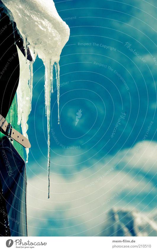 Eiszapfen Zapfen Winter kalt Neuschnee Wasser Niederschlag Wetter blau Himmel weiß Holzhütte Berghütte Dach Schönes Wetter Berge u. Gebirge Dachlawine