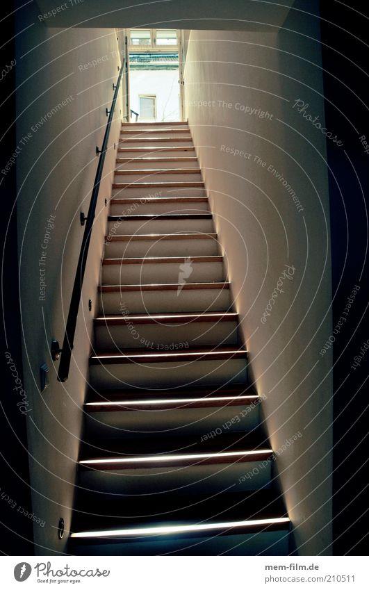 da rauf Treppe hoch aufwärts Niveau aufsteigen Karriereleiter Wohnung Maisonette Treppengeländer Treppenhaus abwärts Innenarchitektur Abstieg lang Gang