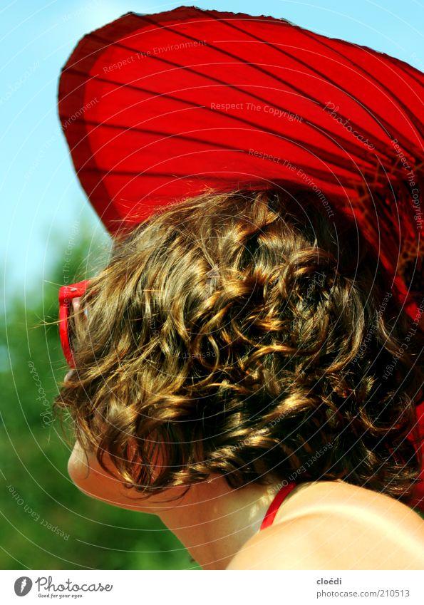 rot liebe ich, anna blume Mensch Jugendliche Sommer ruhig Leben Erholung feminin Freiheit Haare & Frisuren Zufriedenheit Haut Erwachsene Sonnenschirm brünett