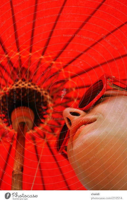 Anna Blume ist rot. Mensch Jugendliche schön Sommer Erholung feminin Zufriedenheit Erwachsene Nase Lifestyle Coolness Lippen Gelassenheit Brille