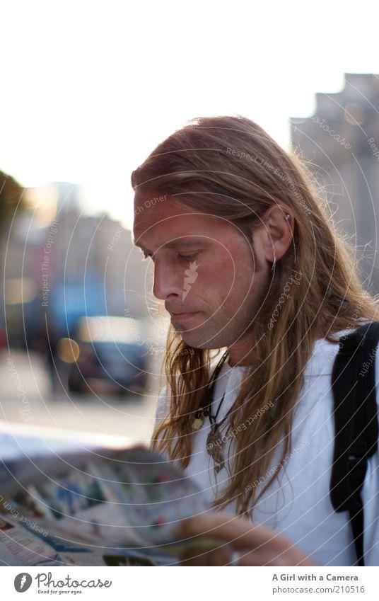 puzzlement Mensch Mann schön weiß Ferien & Urlaub & Reisen Haare & Frisuren Kopf blond Erwachsene maskulin Suche lesen einzigartig Landkarte Konzentration Porträt
