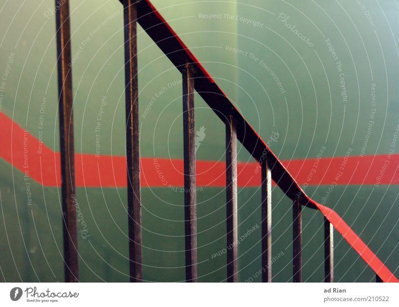 Geländer vor grüner Wand mit rotem streifen rot Farbe Linie Metall Architektur Design Treppe Geländer Treppengeländer Treppenhaus Gebäude gestrichen