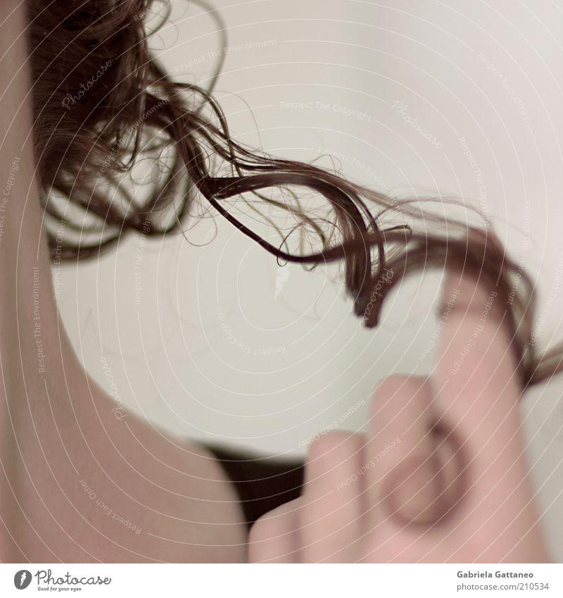 um den Finger gewickelt feminin Haare & Frisuren berühren Locken brünett Spannung beweglich Mensch Bildausschnitt Behaarung wickeln Haarsträhne lockig wellig
