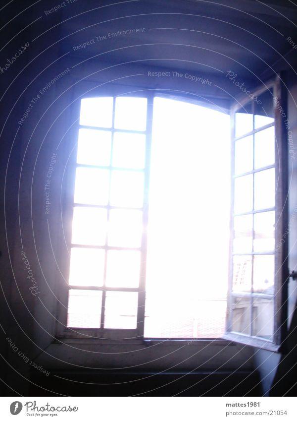ist da jemand Fenster Architektur offen strahlend Überbelichtung Innenhof