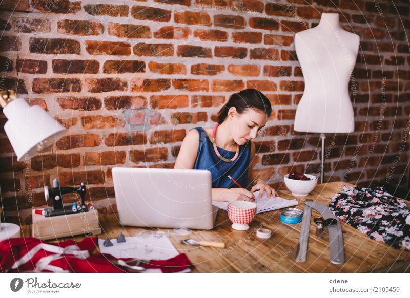 Mensch Jugendliche Junge Frau Erwachsene feminin Business Arbeit & Erwerbstätigkeit Büro modern Technik & Technologie sitzen Papier lesen Konzentration Schreibtisch heimwärts