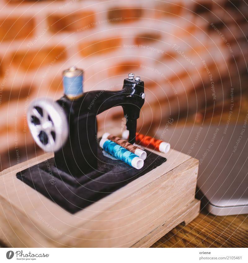 Nahaufnahme der Miniaturnähmaschine Lifestyle Design Freizeit & Hobby Innenarchitektur Dekoration & Verzierung Arbeit & Erwerbstätigkeit Beruf Arbeitsplatz Büro
