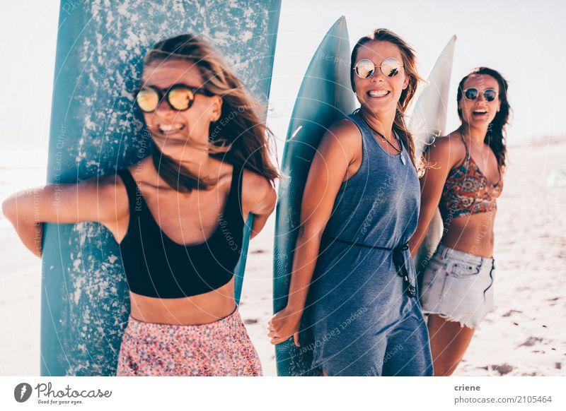 Gruppe der jungen Frau, die Spaß am Strand mit Surfbrettern hat Freude Glück Erholung Freizeit & Hobby Ferien & Urlaub & Reisen Abenteuer Sommer Sonne Mensch