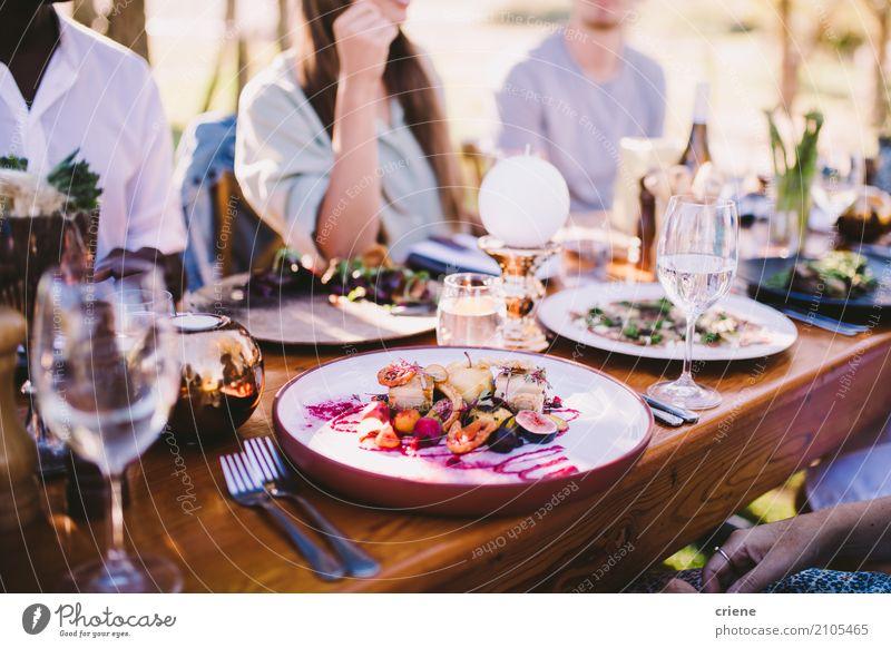 Gruppe von Personen, die Lebensmittel und Wein am Restaurant genießt Essen Mittagessen Abendessen Teller Gabel Lifestyle Glück Freizeit & Hobby Sommer Garten