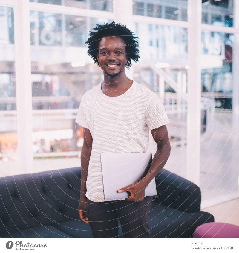 Portrait des jungen afrikanischen Geschäftsmannes im Büro Lifestyle Freude Arbeit & Erwerbstätigkeit Beruf Arbeitsplatz Business Mittelstand Karriere Erfolg