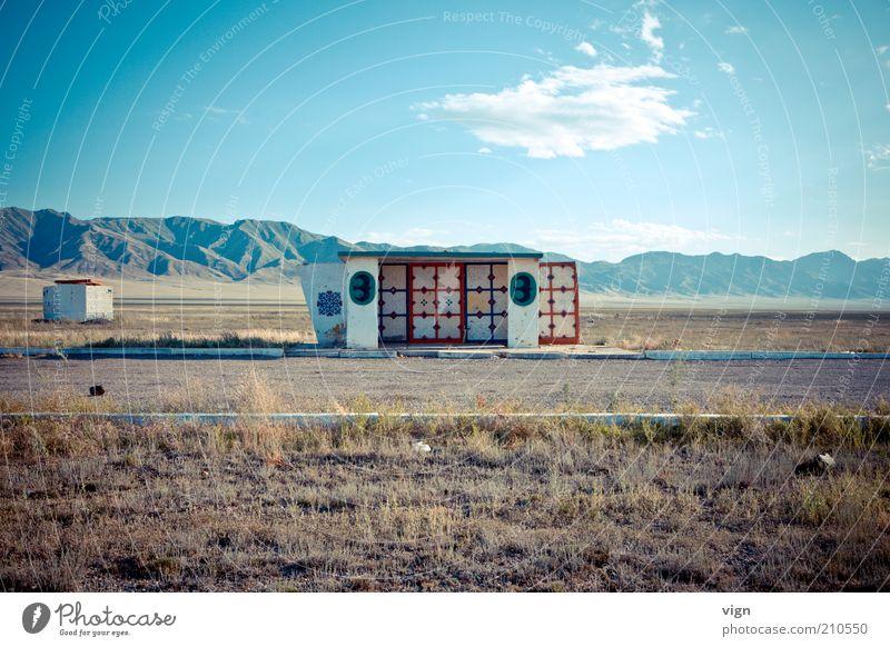 Haltestelle Kasachstan Einsamkeit Berge u. Gebirge Landschaft skurril einzeln Steppe Ödland karg Licht Schutzdach Fluchtpunkt Treffpunkt Rastplatz