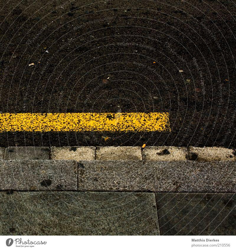 Bürgersteig gelb dreckig Straßenverkehr Schilder & Markierungen kaputt Asphalt Streifen Wege & Pfade Bildausschnitt Bordsteinkante Fahrbahn Bodenplatten