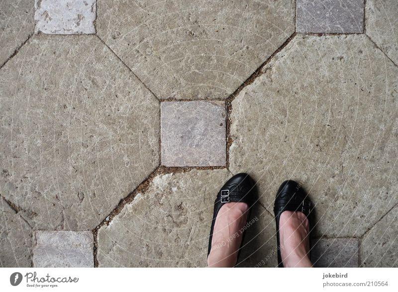gestörte Symmetrie Frau Mensch schwarz feminin grau Stein Fuß Schuhe Erwachsene Platz stehen Boden Bodenbelag Quadrat diagonal Furche