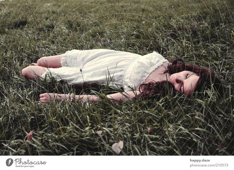 sowas von schön elegant harmonisch Duft Freiheit Sommer Mensch feminin Junge Frau Jugendliche 1 Natur Gras Mode Kleid brünett Locken genießen Lächeln liegen
