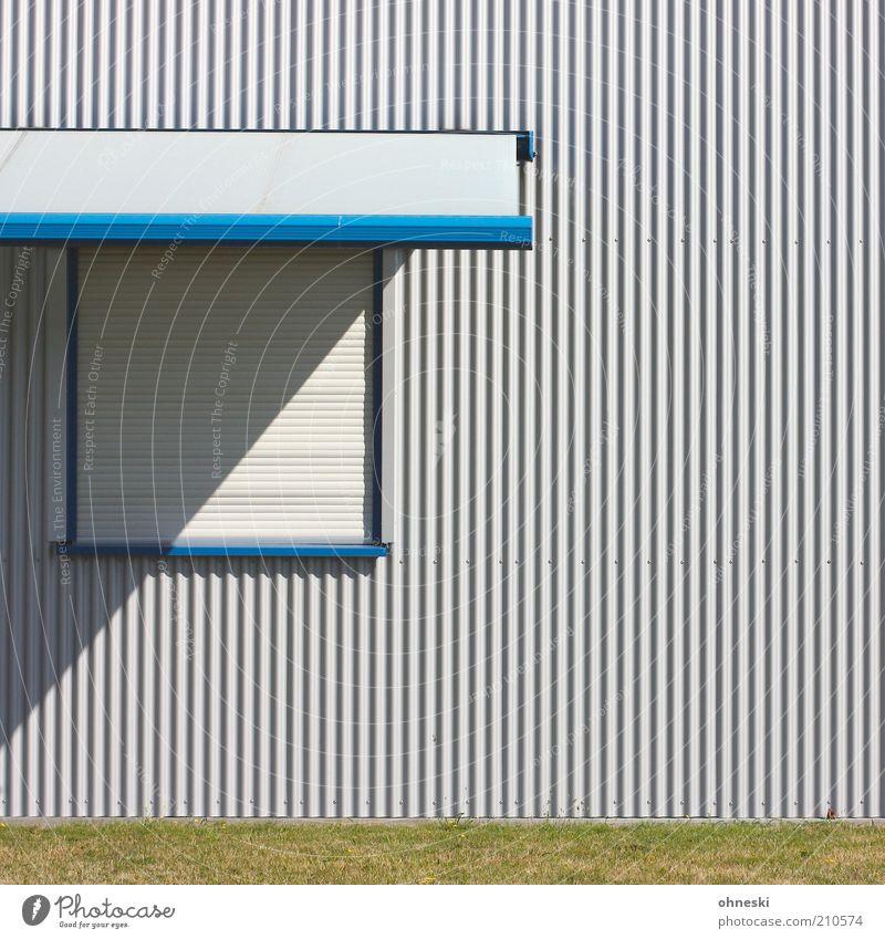 Heute geschlossen Haus Fabrik Fassade Fenster Jalousie blau Linie Farbfoto Muster Strukturen & Formen Textfreiraum rechts Textfreiraum oben Licht Schatten
