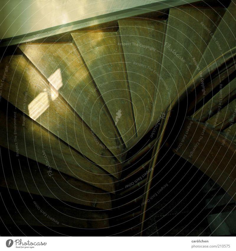 Treppe mit Licht Menschenleer Gebäude alt einfach historisch trist braun grün schwarz Holzfußboden Holztreppe Geländer aufgehen altmodisch Farbfoto