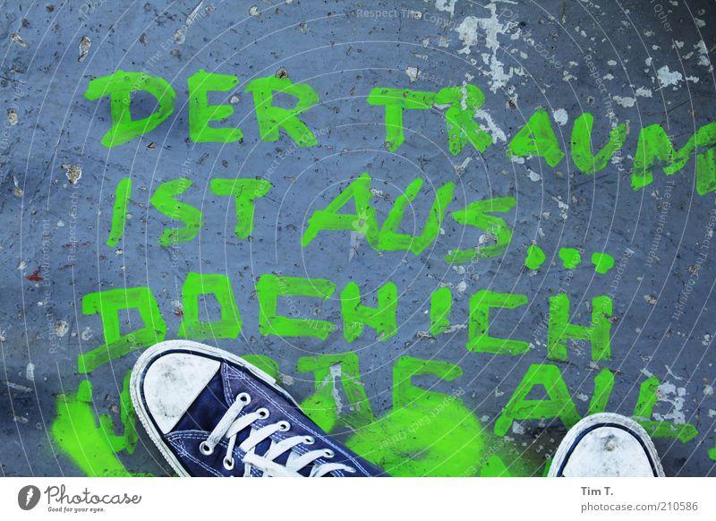 ...doch ich werde alles geben Mensch grün blau Fuß Schuhe Graffiti Hoffnung stehen Schriftzeichen Information Typographie Chucks Wort Turnschuh