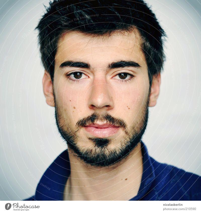 Montags Portrait 05 schön Gesicht maskulin Junger Mann Jugendliche Erwachsene Bart schwarzhaarig kurzhaarig Oberlippenbart beobachten Denken warten ästhetisch