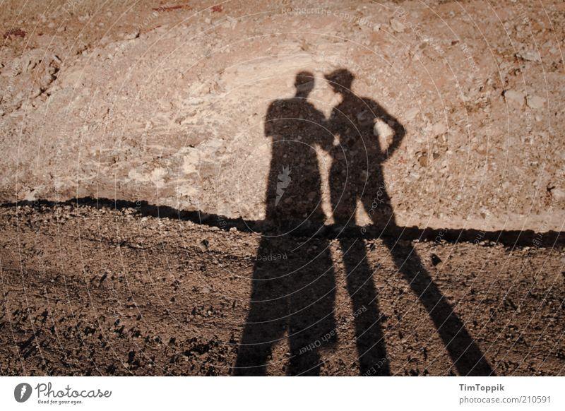 Neulich auf'm Mars 2 Mensch Wege & Pfade trist Schatten Schattenspiel Paar karg Wüste Lanzarote leer steinig Schotterweg Außenaufnahme Zusammensein trocken