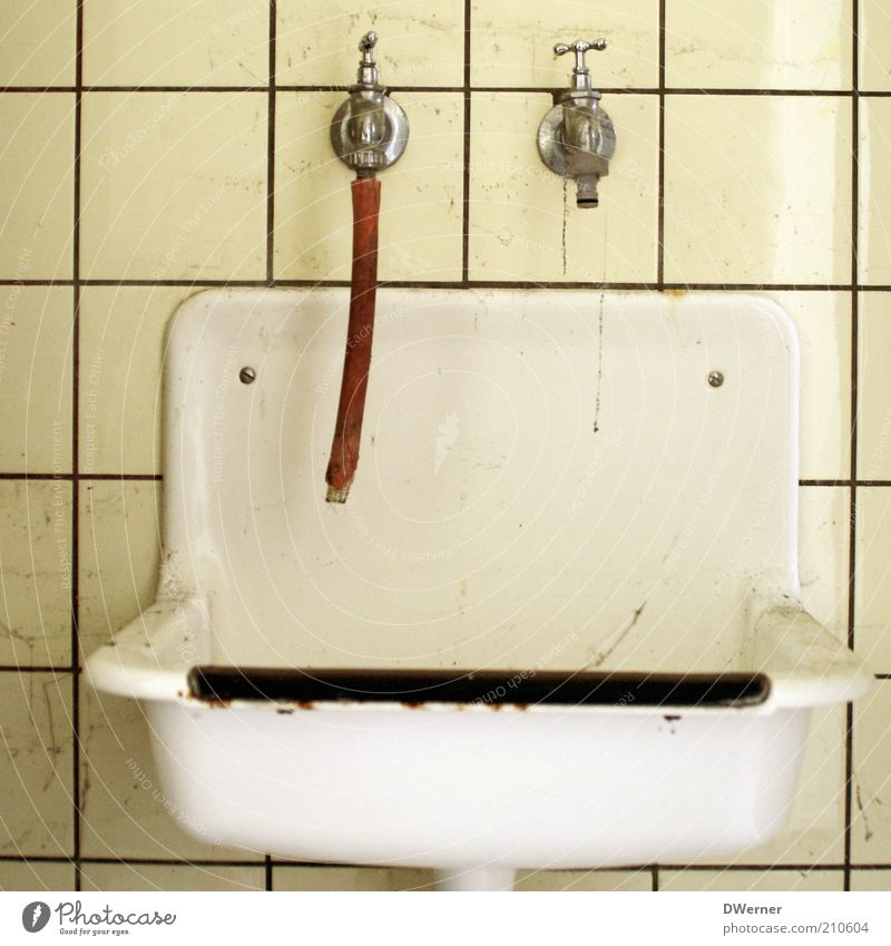 Händewaschen nicht vergessen! alt Wasser weiß gelb Metall dreckig Design Häusliches Leben retro Sauberkeit Bad Kunststoff Fliesen u. Kacheln Ekel Schlauch Wasserhahn