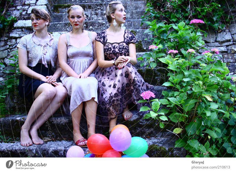 Das unsichtbare Denken Mensch Jugendliche Blume schwarz Erwachsene Leben feminin Stein träumen Feste & Feiern blond rosa elegant sitzen warten Treppe