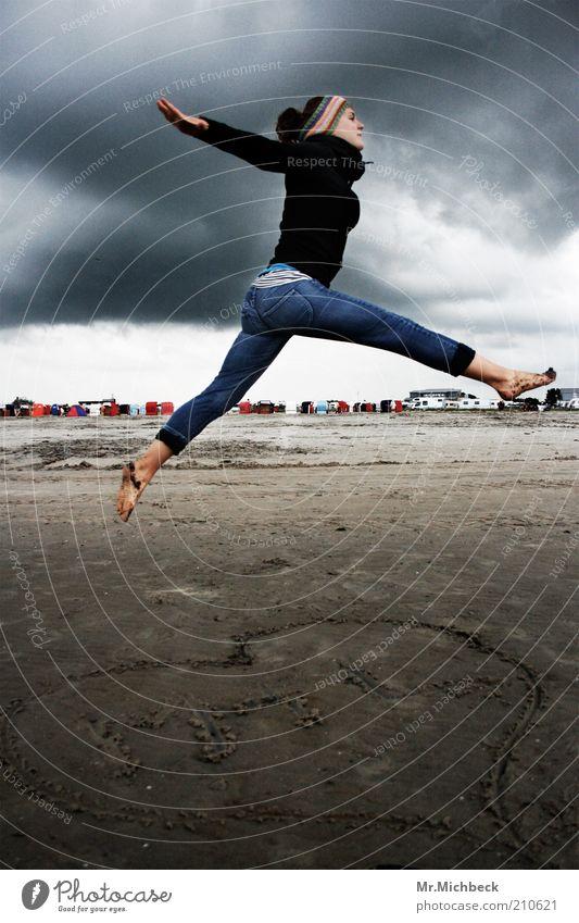 I heart Nordsee Frau Mensch Jugendliche Strand Wolken Leben dunkel kalt feminin springen Bewegung grau Sand Luft Zufriedenheit