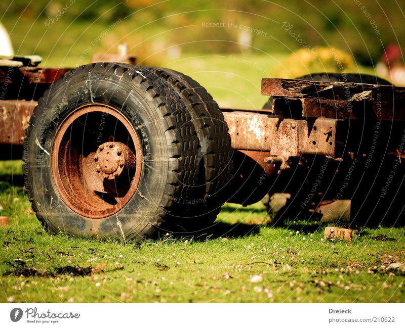 Naturrost alt Metall kaputt Lastwagen verfallen Rad Verfall Rost schäbig Reifen Bildausschnitt Schrott Anhänger Schrottplatz unbrauchbar wertlos