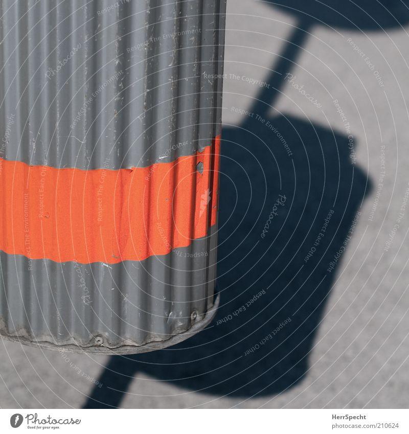 Ralleystreifen Müllbehälter wellig Blech Streifen Kratzer orange Farbfoto Außenaufnahme Nahaufnahme Detailaufnahme Menschenleer Textfreiraum rechts