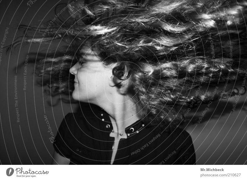 Lockenpracht Mensch Jugendliche schön Freude feminin Bewegung Glück Haare & Frisuren Tanzen Kraft Erwachsene Fröhlichkeit wild Lebensfreude Dynamik