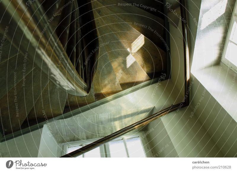 Spinnenperspektive Menschenleer Gebäude Treppe Fenster alt braun Holz Holzstufen Treppengeländer Altbau altmodisch Farbfoto Gedeckte Farben Innenaufnahme