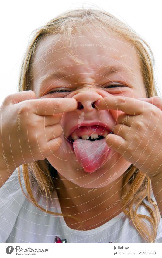 Nettes Mädchen lässt Gesichter Hexe nachahmen Kind Schulkind Kindheit Mund 1 Mensch 8-13 Jahre blond Lächeln blau mehrfarbig weiß Grimassen schneiden zahnlos