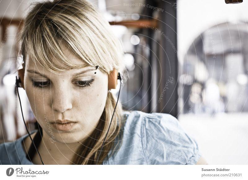 listen. Frau Jugendliche schön Sommer Gesicht Erholung feminin Musik träumen Haare & Frisuren orange blond Erwachsene retro Medien Konzentration
