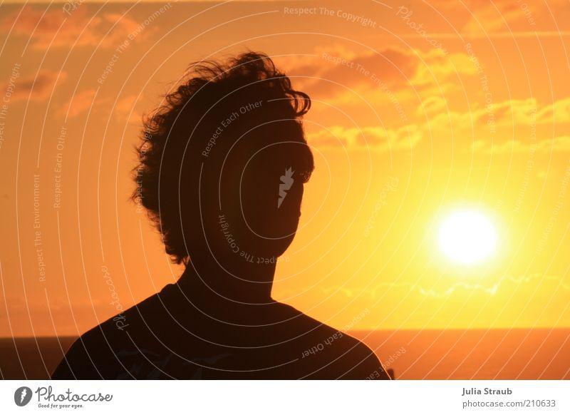 Soleil Mensch Mann Jugendliche rot Sommer Meer Wolken schwarz gelb Kopf Haare & Frisuren Wärme Erwachsene warten Rücken Horizont