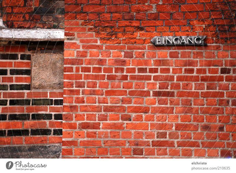 Eingang links bitte alt rot schwarz Gebäude Schilder & Markierungen Fassade Kirche Wandel & Veränderung Pfeil Hinweisschild Eingang historisch links Mauer Wand Adjektive