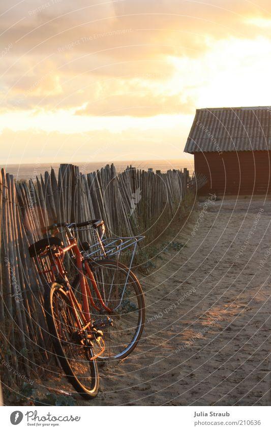 Weg zum Strand im Abendlicht mit roten Fahrrad am Holzzaun Ferne Freiheit Fahrradtour Sommer Sommerurlaub Sonne Frankreich Sand Himmel Wolken Horizont