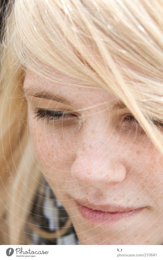 Gedanken Haare & Frisuren Gesicht Mensch feminin Junge Frau Jugendliche Auge 1 18-30 Jahre Erwachsene blond langhaarig Denken Lächeln träumen Glück schön