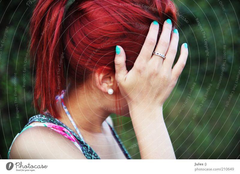 Zukunftsfarben feminin Kopf 1 Mensch 18-30 Jahre Jugendliche Erwachsene Natur Ohrringe rothaarig langhaarig Zopf außergewöhnlich Scham Reue verstört Kreativität