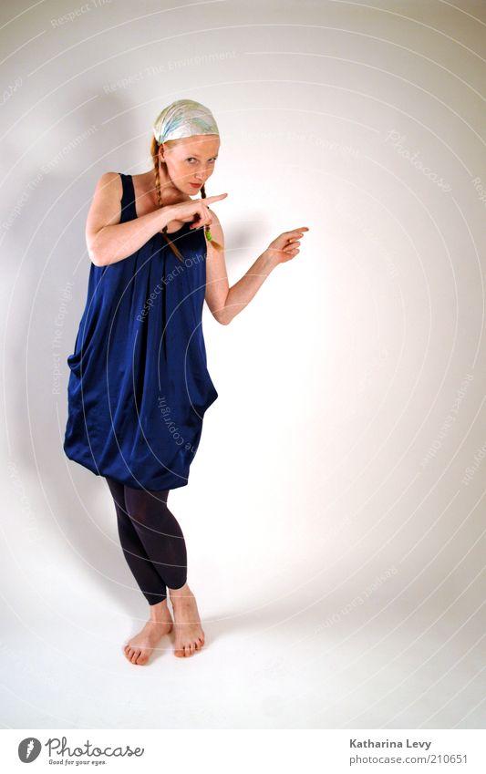 wegweiser Mensch feminin Frau Erwachsene 1 30-45 Jahre Kleid Strumpfhose Kopftuch blond langhaarig Zopf wählen beobachten Häusliches Leben listig blau
