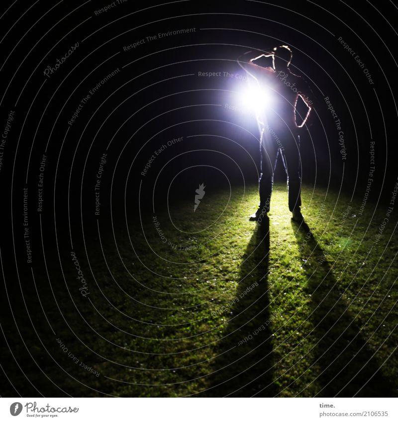 Transzendenz | irgendwo dahinten maskulin Mann Erwachsene 1 Mensch Wiese beobachten festhalten Blick stehen selbstbewußt Mut Wachsamkeit geduldig Ausdauer
